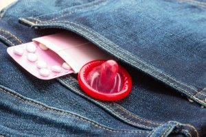 Fogamzásgátló vagy óvszer? Hogyan védekezzek?
